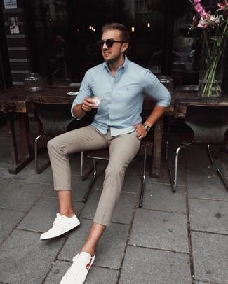 Как и с чем носить: голубая рубашка с длинным рукавом, бежевые брюки чинос в клетку, белые кожаные низкие кеды, черные солнцезащитные очки