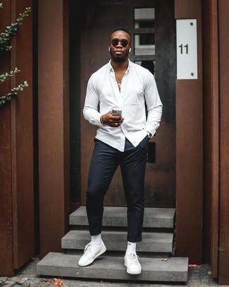 Белые носки: с чем носить и как сочетать мужчине: Сочетание белой рубашки с длинным рукавом и белых носков - очень практично, и поэтому идеально на каждый день. В сочетании с белыми кожаными низкими кедами такой лук выглядит особенно удачно.
