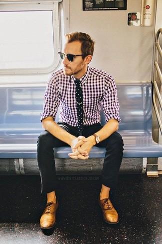 Фанатам расслабленного стиля придется по вкусу дуэт пурпурной рубашки с длинным рукавом в мелкую клетку и черных брюк чинос. Не прочь добавить в этот ансамбль нотку эффектности? Тогда в качестве обуви к этому ансамблю, выбирай светло-коричневые кожаные оксфорды.