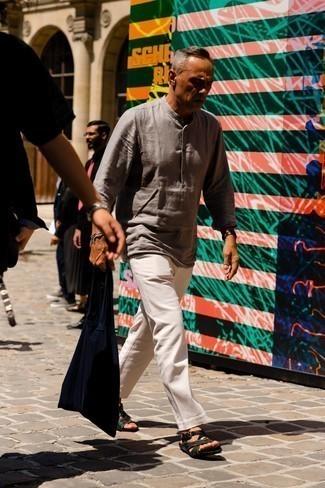 Мужские луки в жару: Серая льняная рубашка с длинным рукавом и белые брюки чинос будут мудрыми инвестициями в твой гардероб. Завершив лук темно-зелеными сандалиями из плотной ткани, можно привнести в него свежие нотки.