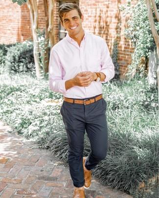Как и с чем носить: розовая рубашка с длинным рукавом, темно-серые брюки чинос, светло-коричневые кожаные плетеные слипоны, светло-коричневый кожаный ремень