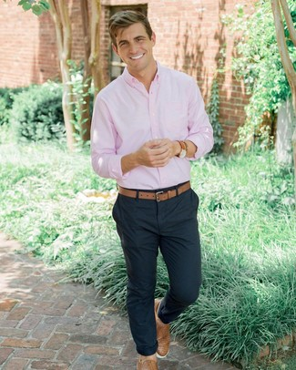 Как и с чем носить: розовая рубашка с длинным рукавом, темно-синие брюки чинос, светло-коричневые кожаные плетеные слипоны, светло-коричневый кожаный ремень