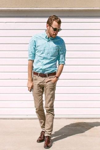 Как и с чем носить: бирюзовая рубашка с длинным рукавом в мелкую клетку, светло-коричневые брюки чинос, темно-коричневые кожаные туфли дерби, коричневый кожаный ремень