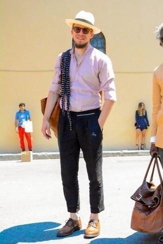 Розовая рубашка с длинным рукавом: с чем носить и как сочетать мужчине: Розовая рубашка с длинным рукавом и черные брюки чинос — must have вещи в арсенале парней с хорошим чувством стиля. Не прочь сделать ансамбль немного элегантнее? Тогда в качестве обуви к этому ансамблю, стоит выбрать табачные кожаные туфли дерби.