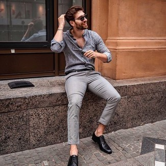 С чем носить серебряный браслет мужчине: Если у тебя запланирован суматошный день, сочетание серой рубашки с длинным рукавом с принтом и серебряного браслета поможет создать функциональный ансамбль в непринужденном стиле. Дополнив лук черными кожаными туфлями дерби, можно получить потрясающий результат.