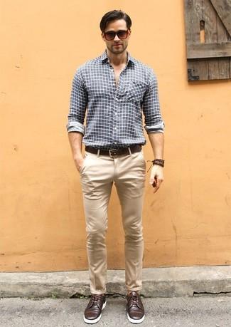 Темно-серая рубашка с длинным рукавом в клетку и светло-коричневые брюки чинос будет превосходной идеей для простого ансамбля на каждый день. Хотел бы добавить в этот наряд нотку классики? Тогда в качестве обуви к этому ансамблю, выбирай темно-коричневые кожаные туфли дерби.
