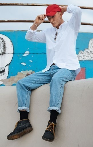 Красная бейсболка: с чем носить и как сочетать мужчине: Если в одежде ты делаешь ставку на комфорт и функциональность, белая рубашка с длинным рукавом и красная бейсболка — классный выбор для модного мужского образа на каждый день. Не прочь сделать лук немного строже? Тогда в качестве дополнения к этому образу, выбирай черные кожаные ботинки дезерты.