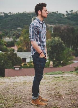 Темно-синяя рубашка с длинным рукавом в шотландскую клетку: с чем носить и как сочетать мужчине: Темно-синяя рубашка с длинным рукавом в шотландскую клетку и темно-синие джинсы будет отличной идеей для легкого повседневного образа. Сбалансировать образ и добавить в него немного классики позволят светло-коричневые замшевые ботинки дезерты.