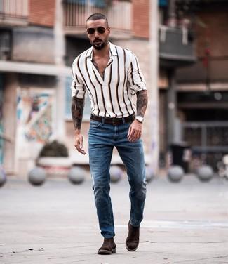 Как и с чем носить: белая рубашка с длинным рукавом в вертикальную полоску, синие джинсы, темно-коричневые замшевые ботинки челси, темно-коричневый кожаный ремень