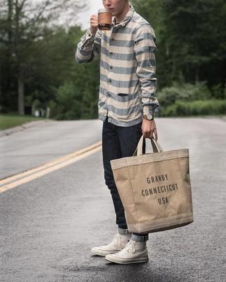 Мода для 20-летних мужчин: В бело-синей рубашке с длинным рукавом в горизонтальную полоску и черных джинсах можно пойти на свидание в расслабленной обстановке или провести выходной день, когда в программе поход в кино или пиццерию. Ты сможешь легко адаптировать такой лук к повседневным условиям городской жизни, надев белыми высокими кедами из плотной ткани.