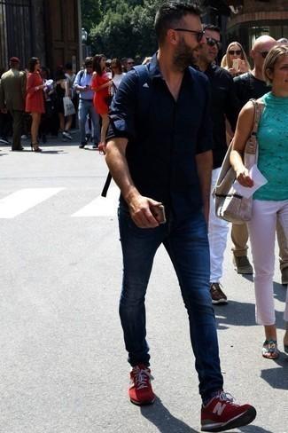 Темно-синие джинсы: с чем носить и как сочетать мужчине: Составив образ из темно-синей рубашки с длинным рукавом и темно-синих джинсов, можно уверенно идти на свидание с девушкой или вечер с друзьями в непринужденной обстановке. Этот образ отлично дополнят красно-белые кроссовки.