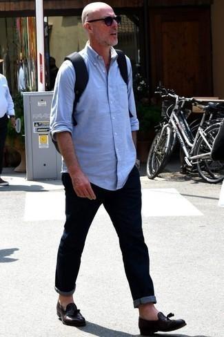Темно-коричневые кожаные лоферы с кисточками: с чем носить и как сочетать: Несмотря на то, что это достаточно легкий образ, образ из голубой рубашки с длинным рукавом и темно-синих джинсов приходится по вкусу стильным молодым людям, неизбежно покоряя при этом сердца представительниц прекрасного пола. Не прочь сделать лук немного строже? Тогда в качестве дополнения к этому образу, выбери темно-коричневые кожаные лоферы с кисточками.