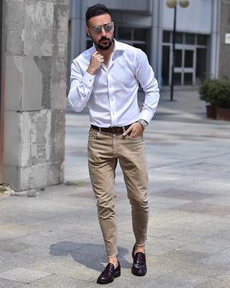 Как и с чем носить: белая рубашка с длинным рукавом, светло-коричневые джинсы, темно-пурпурные кожаные лоферы, темно-коричневый кожаный ремень