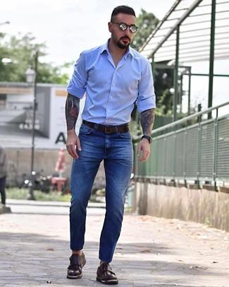 Как и с чем носить: голубая рубашка с длинным рукавом, синие джинсы, темно-коричневые кожаные монки с двумя ремешками, темно-коричневый кожаный ремень