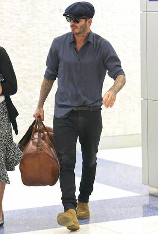 Как David Beckham носит Темно-синяя рубашка с длинным рукавом с принтом, Черные джинсы, Светло-коричневые замшевые повседневные ботинки, Коричневая кожаная дорожная сумка