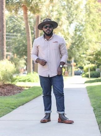 Розовая рубашка с длинным рукавом: с чем носить и как сочетать мужчине: Если ты ценишь удобство и функциональность, попробуй такое сочетание розовой рубашки с длинным рукавом и темно-синих джинсов. Не прочь добавить сюда толику изысканности? Тогда в качестве обуви к этому образу, стоит выбрать коричневые кожаные повседневные ботинки.