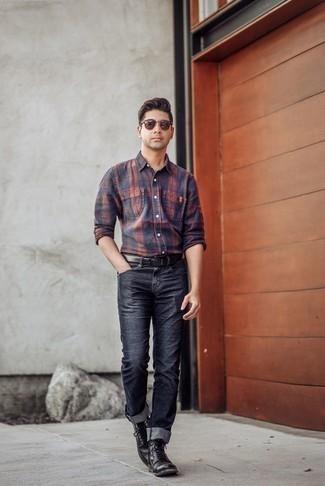 Черные кожаные повседневные ботинки: с чем носить и как сочетать мужчине: Темно-сине-красная рубашка с длинным рукавом в шотландскую клетку и темно-синие джинсы — уместное решение и для вечернего свидания с любимой в кино или кафе, и для похода на выставку с ней же. Любители экспериментов могут дополнить ансамбль черными кожаными повседневными ботинками, тем самым добавив в него немного изысканности.