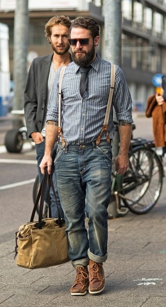 Как и с чем носить: синяя рубашка с длинным рукавом из шамбре в вертикальную полоску, синие джинсы, коричневые кожаные рабочие ботинки, светло-коричневая большая сумка из плотной ткани