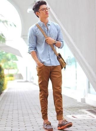 Коричневые кожаные топсайдеры: с чем носить и как сочетать: Если в одежде ты ценишь удобство и функциональность, попробуй тандем голубой рубашки с длинным рукавом и табачных джинсов. В тандеме с этим образом наиболее гармонично выглядят коричневые кожаные топсайдеры.