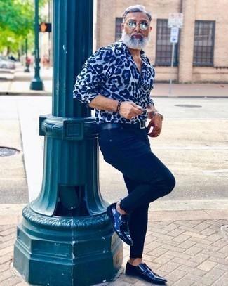Голубая рубашка с длинным рукавом с принтом: с чем носить и как сочетать мужчине: Для вечера в кино или кафе прекрасно подойдет дуэт голубой рубашки с длинным рукавом с принтом и темно-синих джинсов. Любишь эксперименты? Заверши образ темно-синими кожаными туфлями дерби.