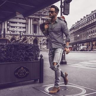 Как и с чем носить: темно-сине-белая рубашка с длинным рукавом в мелкую клетку, серые рваные зауженные джинсы, коричневые замшевые ботинки челси, темно-коричневая кожаная дорожная сумка