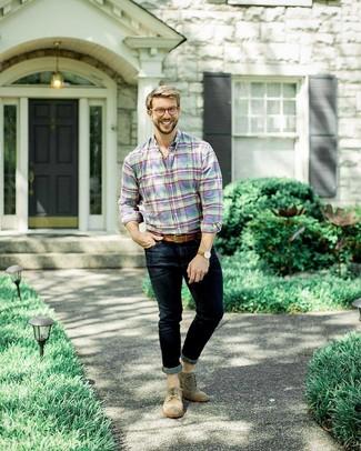 Как и с чем носить: разноцветная рубашка с длинным рукавом в шотландскую клетку, темно-синие зауженные джинсы, коричневые замшевые броги, коричневый кожаный ремень