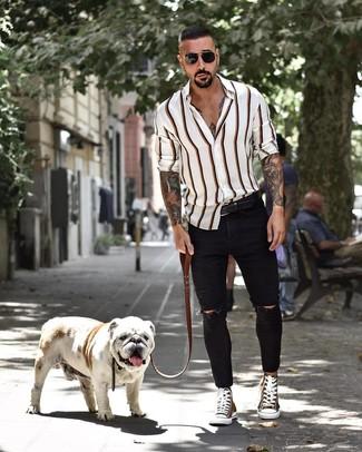 Как и с чем носить: белая рубашка с длинным рукавом в вертикальную полоску, черные рваные зауженные джинсы, оливковые высокие кеды из плотной ткани, черный кожаный ремень