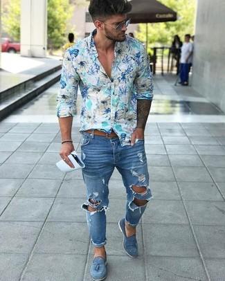 Как и с чем носить: голубая рубашка с длинным рукавом с цветочным принтом, синие рваные зауженные джинсы, синие замшевые лоферы с кисточками, светло-коричневый кожаный ремень