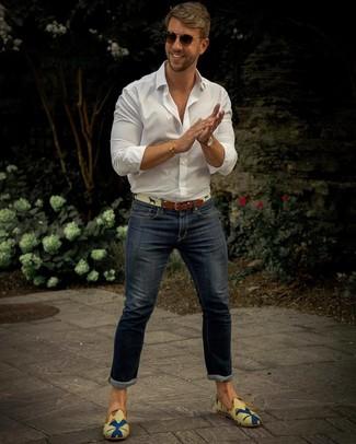 Как и с чем носить: белая рубашка с длинным рукавом, темно-синие зауженные джинсы, разноцветные лоферы из плотной ткани с принтом, бежевый ремень из плотной ткани