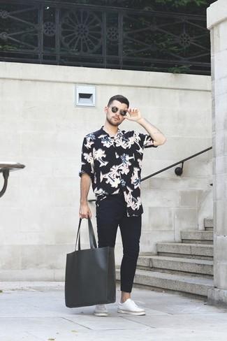 Черная кожаная большая сумка: с чем носить и как сочетать мужчине: Если день обещает быть суматошным, сочетание черной рубашки с длинным рукавом с цветочным принтом и черной кожаной большой сумки позволит составить функциональный ансамбль в повседневном стиле. Такой лук обретет новое прочтение в паре с белыми кожаными низкими кедами.