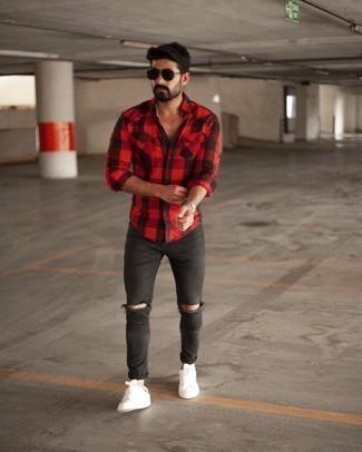 Мужские луки лето: Красно-черная рубашка с длинным рукавом в мелкую клетку и темно-серые рваные зауженные джинсы помогут создать легкий и комфортный лук для выходного дня в парке или вечера в шумном заведении с друзьями. Этот образ обретет новое прочтение в тандеме с бело-зелеными низкими кедами из плотной ткани. Такое сочетание одежды обеспечивает свободу движений в жару и удобство в носке.