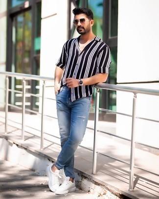 Мужские луки: Если ты наметил себе суматошный день, сочетание черно-белой рубашки с длинным рукавом в вертикальную полоску и синих рваных зауженных джинсов позволит составить удобный ансамбль в непринужденном стиле. Если тебе нравится смешивать в своих ансамблях разные стили, из обуви можешь надеть белые кожаные низкие кеды.