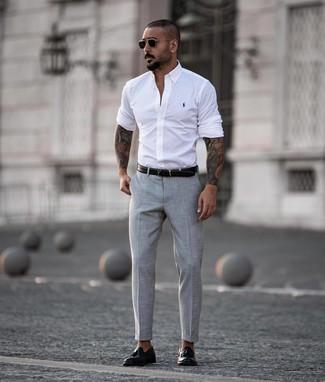 Как и с чем носить: белая рубашка с длинным рукавом, серые классические брюки, черные кожаные лоферы с кисточками, черный кожаный ремень