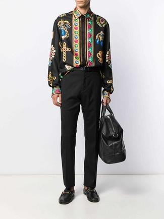 Как и с чем носить: черная рубашка с длинным рукавом с принтом, черные классические брюки, черные кожаные лоферы, черная кожаная дорожная сумка