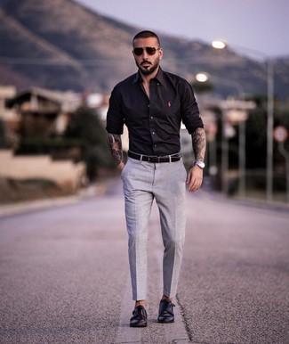 Как и с чем носить: черная рубашка с длинным рукавом, серые классические брюки, черные кожаные монки с двумя ремешками, черный кожаный ремень