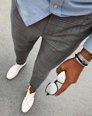 Как и с чем носить: голубая рубашка с длинным рукавом из шамбре, серые классические брюки в шотландскую клетку, белые низкие кеды, серебряные солнцезащитные очки