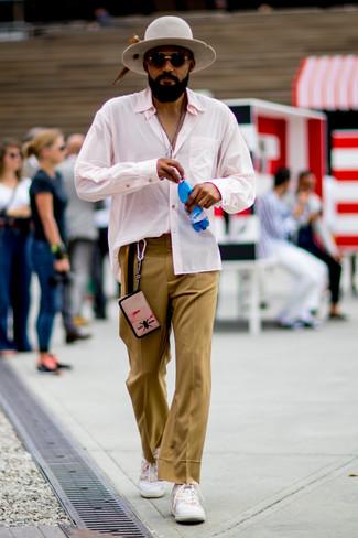 Как и с чем носить: розовая рубашка с длинным рукавом, светло-коричневые классические брюки, белые низкие кеды, серая шерстяная шляпа