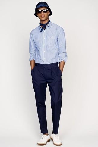 Как и с чем носить: голубая рубашка с длинным рукавом из жатого хлопка, темно-синие классические брюки, белые кожаные туфли дерби, темно-синяя шляпа