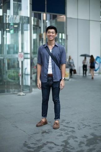 Коричневые кожаные топсайдеры: с чем носить и как сочетать: Синяя рубашка с длинным рукавом и темно-синие джинсы гармонично впишутся в мужской лук в повседневном стиле. Вместе с этим образом великолепно выглядят коричневые кожаные топсайдеры.
