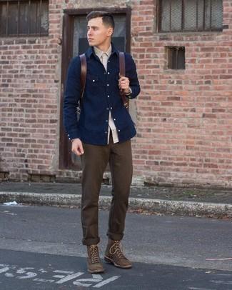 С чем носить темно-коричневые брюки чинос: Серая рубашка с длинным рукавом и темно-коричневые брюки чинос — обязательные составляющие в гардеробе поклонников стиля кэжуал. Завершив ансамбль темно-коричневыми замшевыми повседневными ботинками, можно привнести в него немного привлекательного консерватизма.