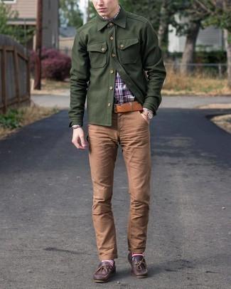 С чем носить коричневый браслет мужчине: Сочетание бело-красно-синей рубашки с длинным рукавом в шотландскую клетку и коричневого браслета - очень практично, и поэтому прекрасно подойдет для повседневой носки. Любители экспериментов могут дополнить ансамбль темно-коричневыми кожаными топсайдерами, тем самым добавив в него немного изысканности.