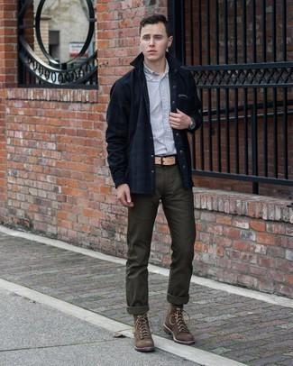 С чем носить темно-коричневые замшевые повседневные ботинки мужчине: Дуэт серой рубашки с коротким рукавом и оливковых брюк чинос позволит создать интересный мужской лук в непринужденном стиле. Любители экспериментов могут дополнить ансамбль темно-коричневыми замшевыми повседневными ботинками, тем самым добавив в него толику изысканности.