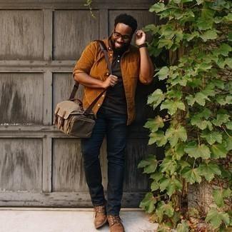 Мужские луки: Табачная вельветовая рубашка с длинным рукавом и темно-коричневая футболка-поло — неотъемлемые вещи в гардеробе мужчин с чувством стиля.