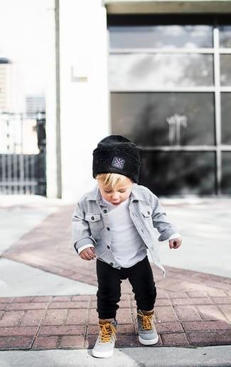 Как и с чем носить: серая рубашка с длинным рукавом, белая футболка, черные спортивные штаны, серые кеды