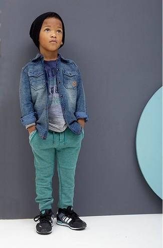 Как и с чем носить: синяя джинсовая рубашка с длинным рукавом, синяя футболка, зеленые спортивные штаны, черные кеды