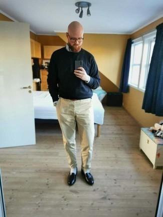 Как одеваться мужчине за 40: Собираясь в вечера в кино или кафе с подругой, обрати внимание на лук из голубой рубашки с длинным рукавом в вертикальную полоску и бежевых брюк чинос. Думаешь сделать образ немного элегантнее? Тогда в качестве обуви к этому ансамблю, стоит выбрать черные кожаные лоферы.