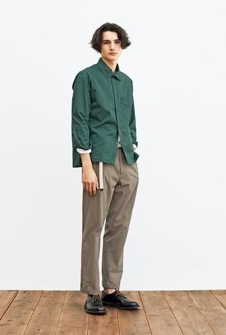 С чем носить темно-зеленую рубашку с длинным рукавом мужчине: Темно-зеленая рубашка с длинным рукавом и коричневые брюки чинос стильно впишутся в мужской ансамбль в стиле кэжуал. Хотел бы сделать образ немного элегантнее? Тогда в качестве обуви к этому образу, стоит выбрать черные кожаные туфли дерби.