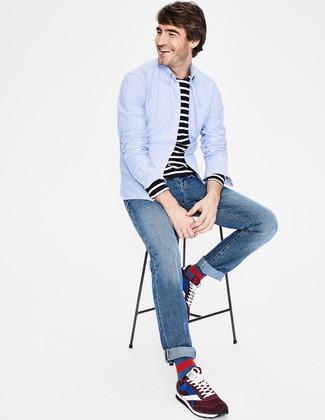 Как и с чем носить: голубая рубашка с длинным рукавом, черно-белая футболка с длинным рукавом в горизонтальную полоску, синие джинсы, темно-красные замшевые кроссовки