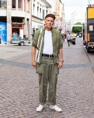 Как одеваться мужчине за 60: Оливковая рубашка с длинным рукавом и оливковые брюки карго — обязательные вещи в гардеробе современного парня. В сочетании с этим ансамблем наиболее уместно будут смотреться белые низкие кеды из плотной ткани.