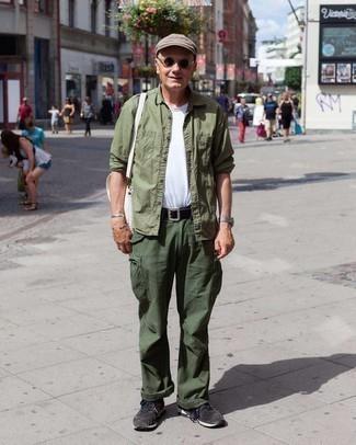 Мужские луки: Оливковая рубашка с длинным рукавом и темно-зеленые брюки карго — великолепный образ, если ты ищешь простой, но в то же время модный мужской образ. Чтобы ансамбль не получился слишком претенциозным, можешь надеть темно-серые кроссовки.